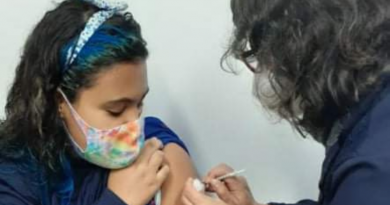Enfermeira vacina a neta contra a covid-19 em Rio Grande